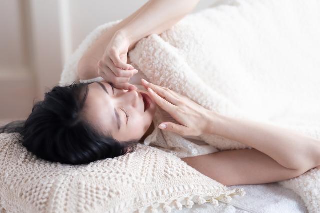 睡眠不足の女性のイメージ