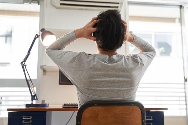 ストレスを感じている男性のイメージ