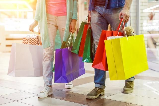 買い物をしている人の画像