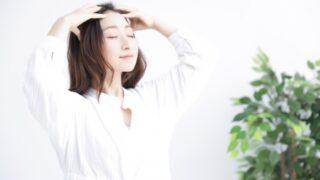 頭皮マッサージをしている女性の画像
