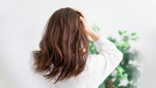 薄毛を気にする女性の画像