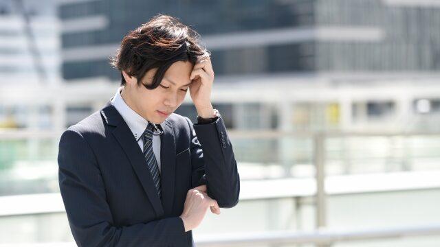 ストレスを感じる男性の画像